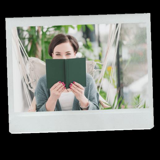 Ewa chowająca się za zieloną książką